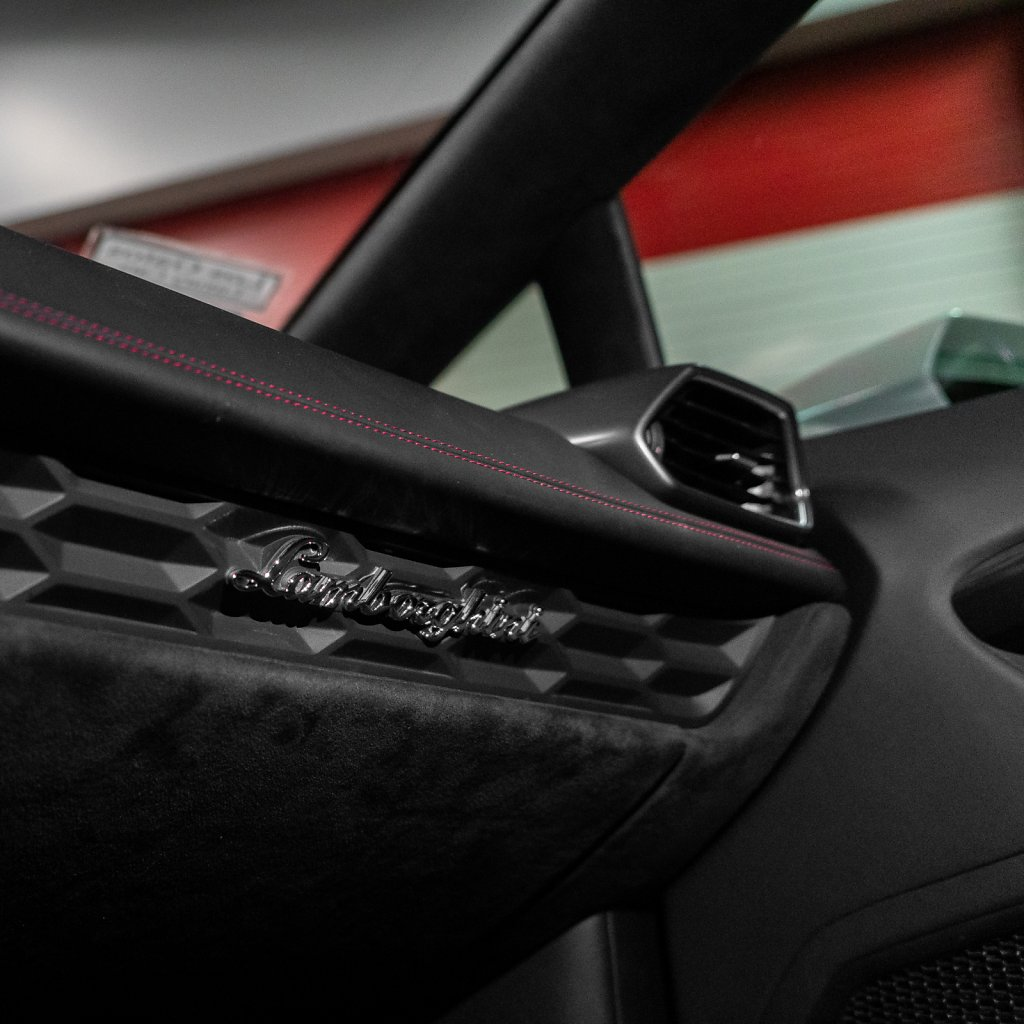 Lamborghini-Huracan-Interior-Accent-Badge.jpg