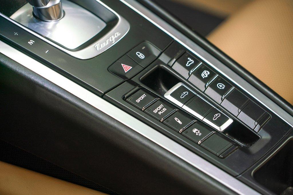 Porsche-911-Targa4S-Sapphire-Blue-Controls.jpg